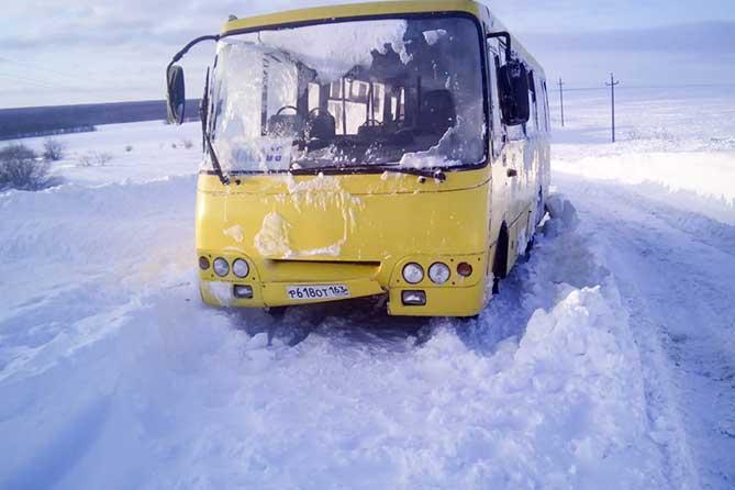 «Люди оказались в снежной ловушке»: В ГИБДД рассказали подробности спасения людей во время снежного бурана
