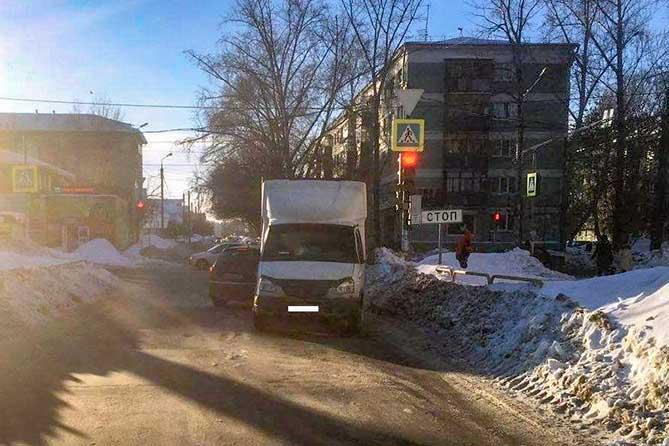 В Тольятти на пешеходном переходе под колеса грузовика попала 8-летняя девочка