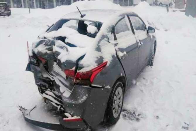 На Обводном шоссе в результате столкновения грузовика и легкового автомобиля пострадала девушка