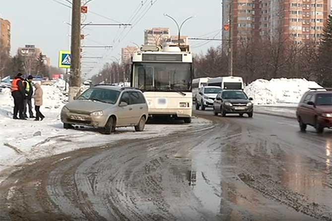 На Революционной пешеход попал под колеса троллейбуса: Проводились аварийно-спасательные работы