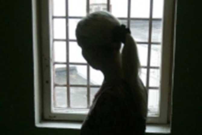 За решетку: Мать двум своим дочерям не платит алименты