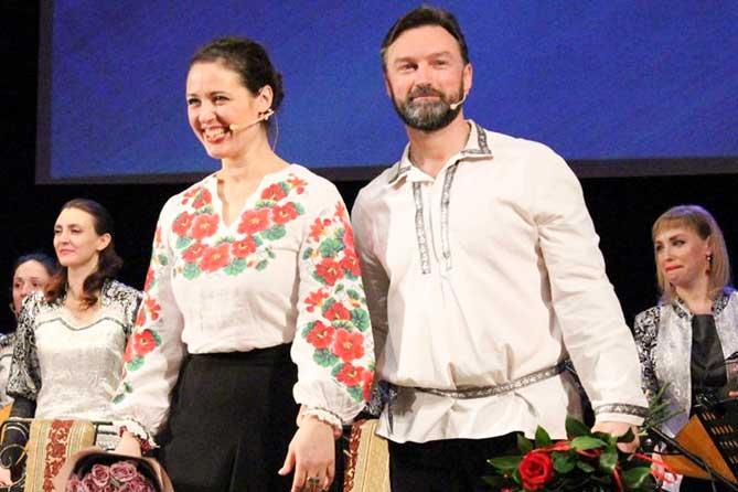 В Тольяттинской филармонии актеры Александр Арсентьев и Анна Гарнова представили сказку Гоголя «Ночь перед Рождеством»
