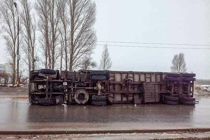 В Тольятти на Южном шоссе опрокинулся МАЗ