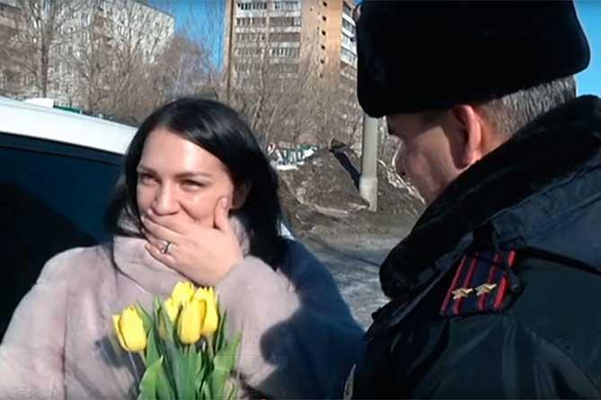 Сотрудники ГИБДД Тольятти поздравили женщин-водителей в преддверии 8 марта 2019 года
