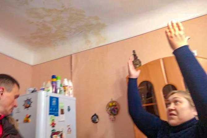 После капремонта: В квартирах контролерам показали грибки на стенах и следы от протечек на потолках