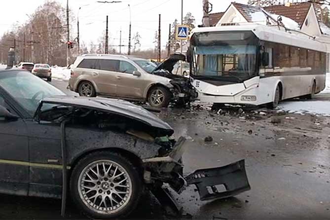В Тольятти произошло ДТП с участием троллейбуса и двух легковых автомобилей