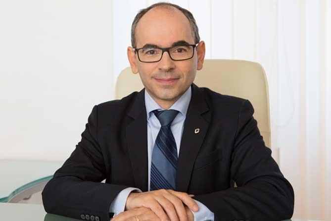 На вопросы ответил президент АВТОВАЗа Ив Каракатзанис
