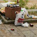 Граждане запросто выбрасывают мешок с мусором в урну или просто из окна