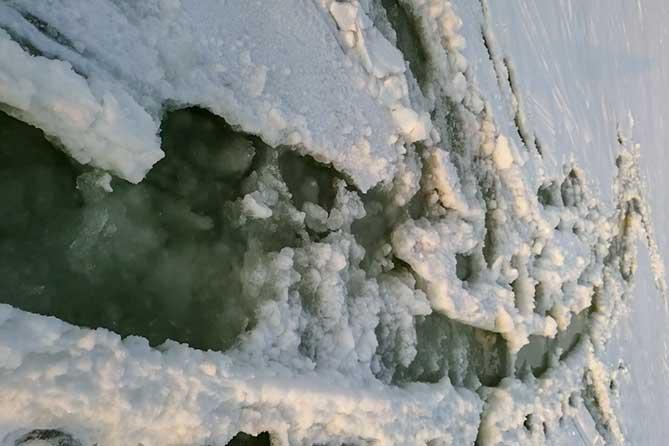 Мужчины рисковали своей жизнью на Волге ради снегохода