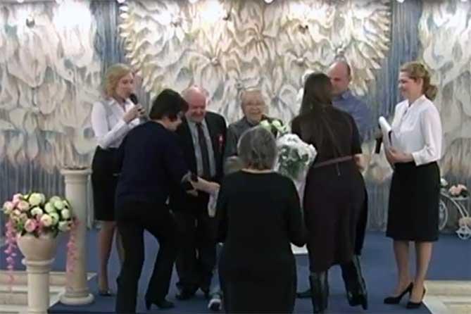 Любовь длиною жизнь: Во Дворце бракосочетания Тольятти поздравили супружеские пары