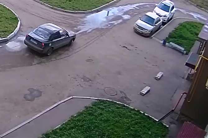 В Тольятти женщина утром обратила внимание на мужчину и запомнила номер машины