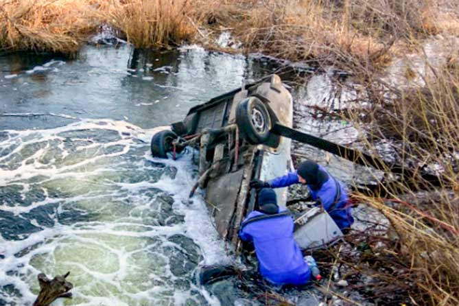 Спасатели нашли в озере автомобиль с мертвым человеком 12 апреля 2019 года