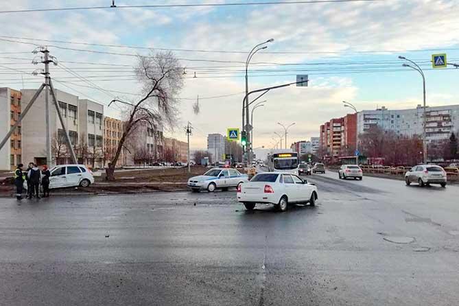 ДТП на перекрестке: Водитель автомобиля «Лада Калина» получил травмы