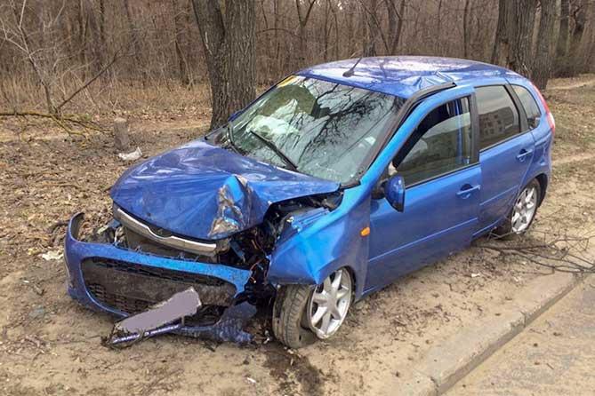 Женщина в Тольятти съехала с дороги и столкнулась с деревом: госпитализирована пассажирка
