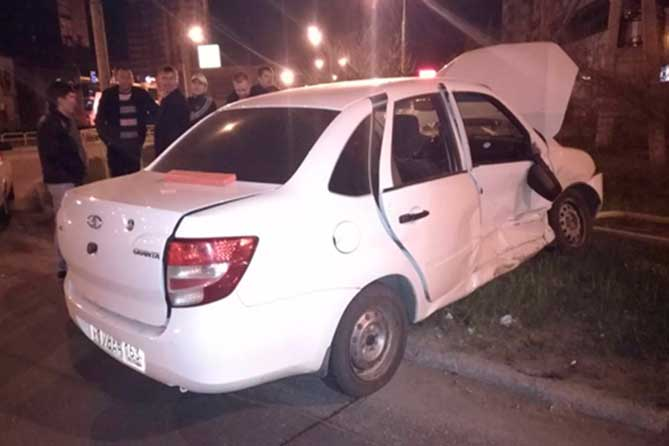 От столкновения «Лада Гранта» наехала на пешеходное ограждение: Пострадали два человека