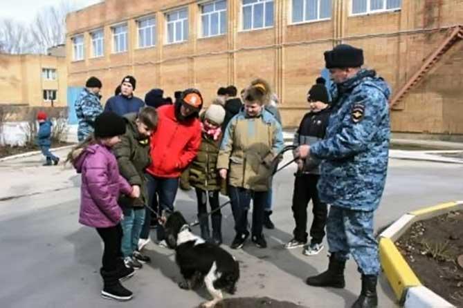 Воспитанники подшефного детского дома посетили кинологов Тольятти