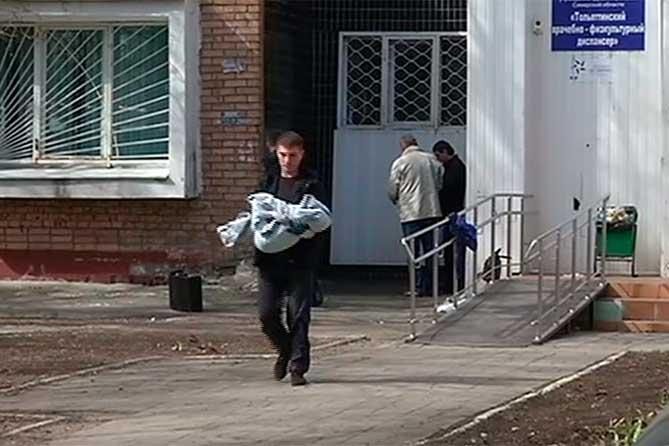 Ребенок выпал из открытого окна в то время, когда родители находились дома
