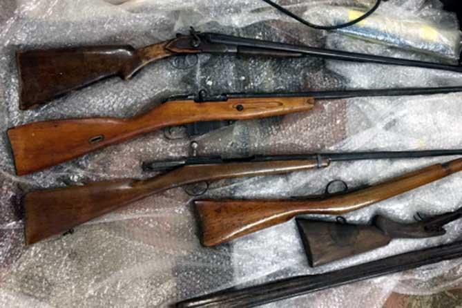 В Тольятти при задержании 41-летнего мужчины обнаружили 48 ружей, ножей, кастетов