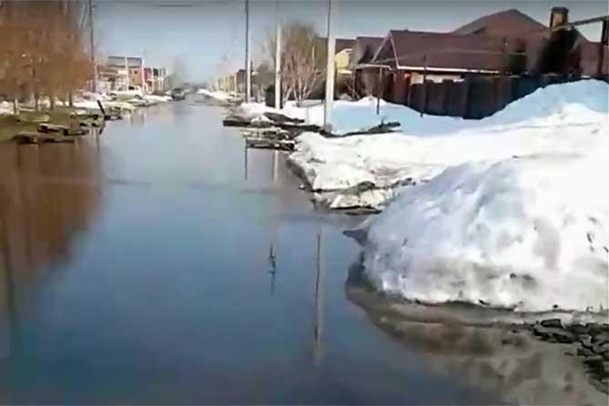 Под Тольятти в селе Тимофеевка с полей льется талая вода