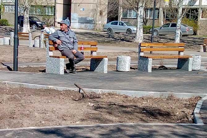 На бульваре Гая в Тольятти слишком много лавочек