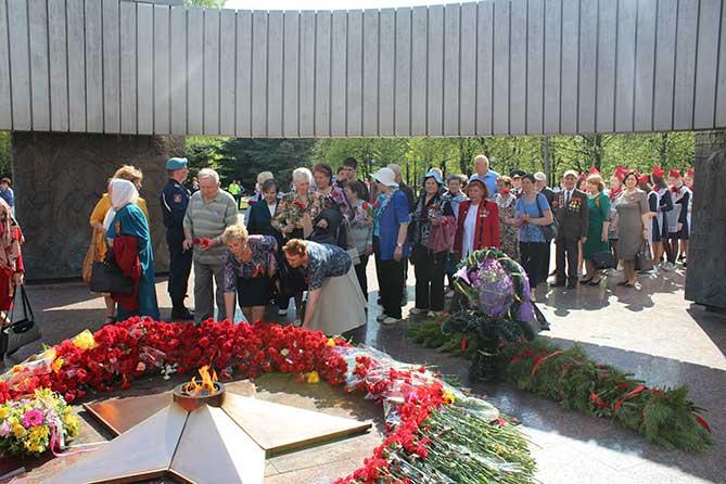 Вечная слава героям: Тольяттинцы возложили цветы к Вечному огню