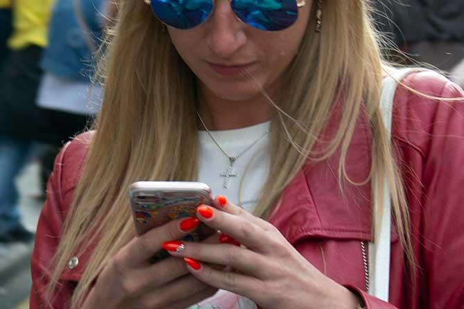 Ловушка для женщин: Чтобы не слышала жена, он разговаривал по телефону на улице