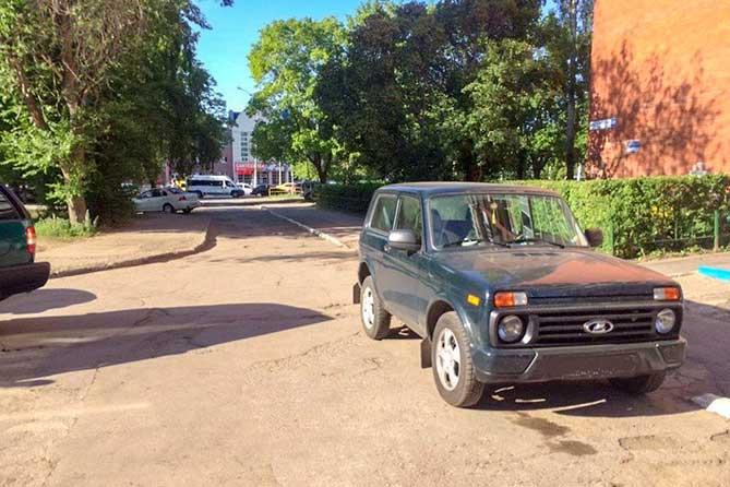 В жилой зоне на проспекте Степана Разина водитель автомобиля, двигаясь задним ходом, сбил женщину
