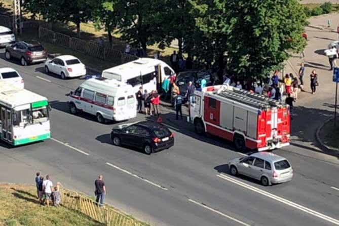 На улице Дзержинского столкнулись легковой автомобиль и маршрутный автобус 15 июня 2019 года