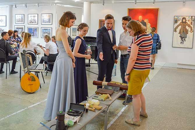 В Тольяттинском художественном музее открылись две очень летние выставки