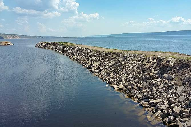 бетонолом в акватории Куйбышевского водохранилища