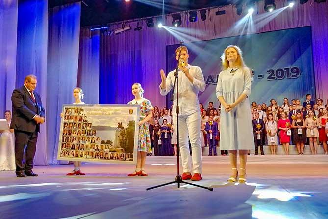 выпускники 2019 дарят панно главе города