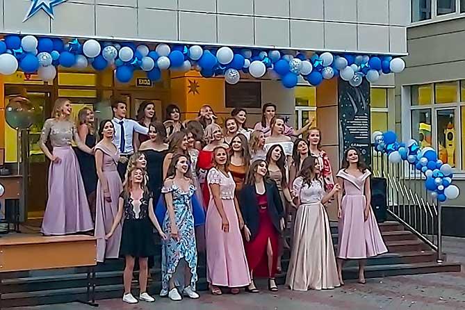 девушки поют на выпускном
