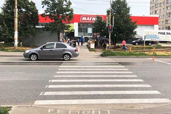 В Тольятти двухлетний малыш резко выбежал на проезжую часть и попал под колеса автомобиля