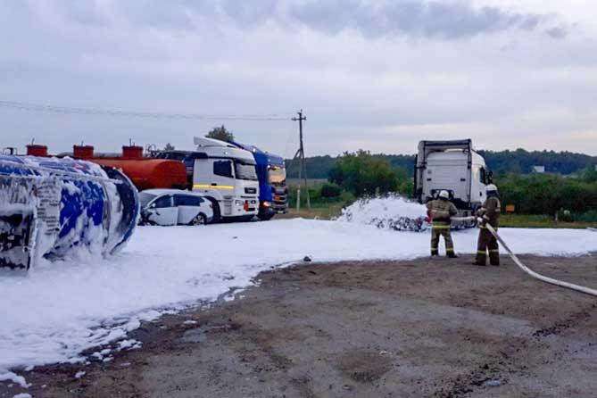 Под Тольятти в ДТП попал грузовик, перевозивший нефть: Было проведено боевое развертывание и пенная атака