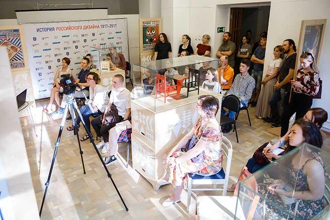 посетители ТХМ слушают лекцию о дизайне
