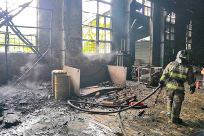 В Тольятти на территории бывшего завода «КуйбышевФосфор» ликвидировали пожар повышенной сложности