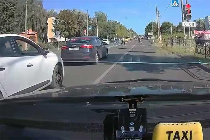 Не уступил дорогу женщине на Свердлова в Тольятти: Информацию в ГИБДД передают сотрудники такси