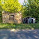 Скончался в больнице: В Тольятти водитель съехал с дороги на обочину, где автомобиль перевернулся и ударился в каменное строение