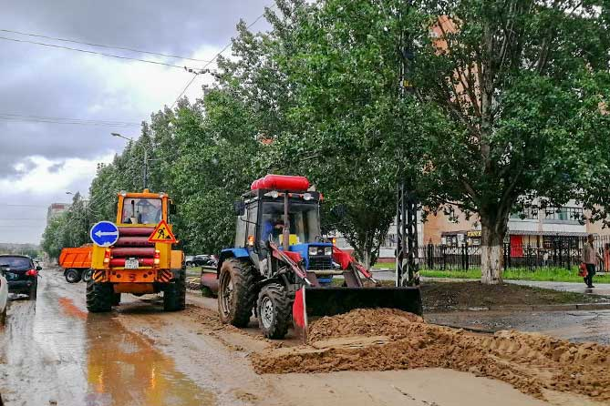 тракторы ликвидируют последствия ливня