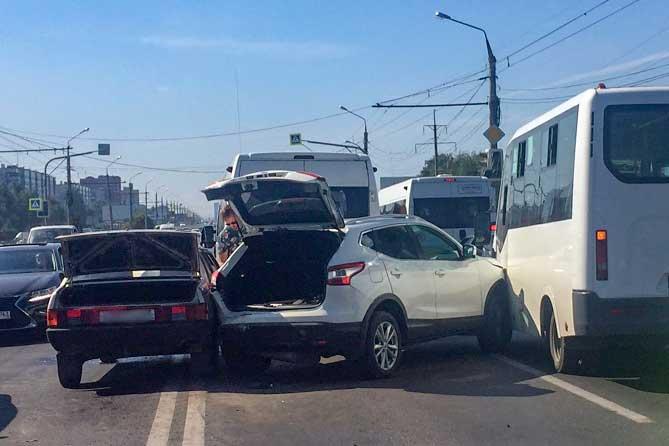 В аварии на Южном шоссе с участием четырех транспортных средств пострадал 8-летний ребенок