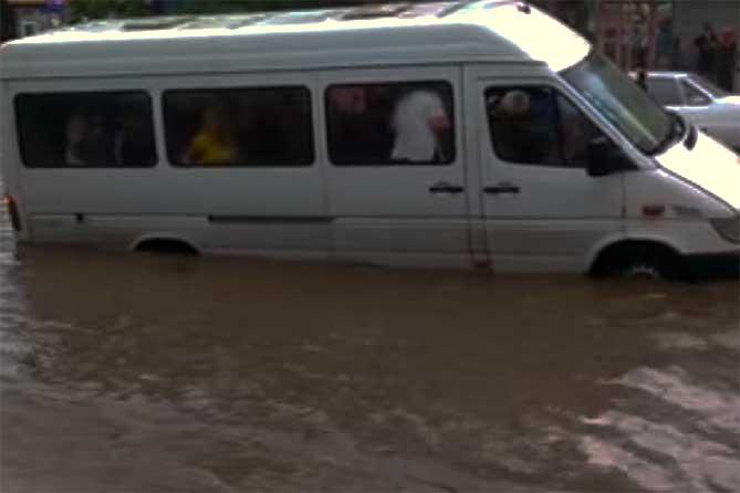 Неравнодушный житель Тольятти спас пассажиров маршрутки из водяного плена 5 августа 2019 года