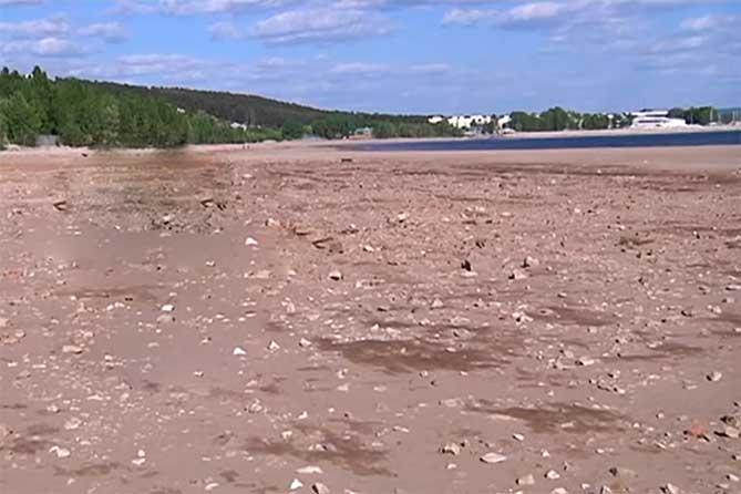 вода отошла от берега