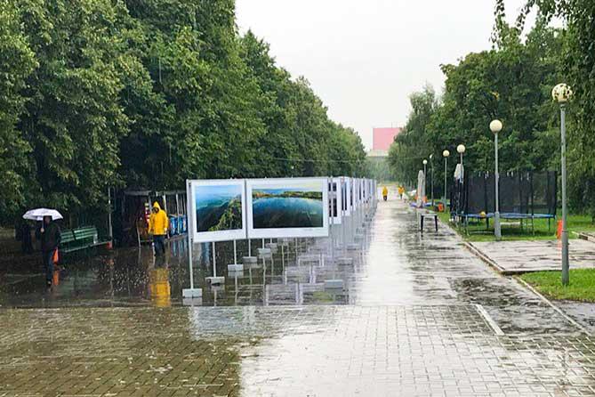 экспозиция фотографий в парке Победы