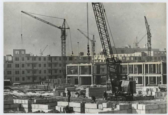 строительстов многоэтажного жилого дома на старой фотографии