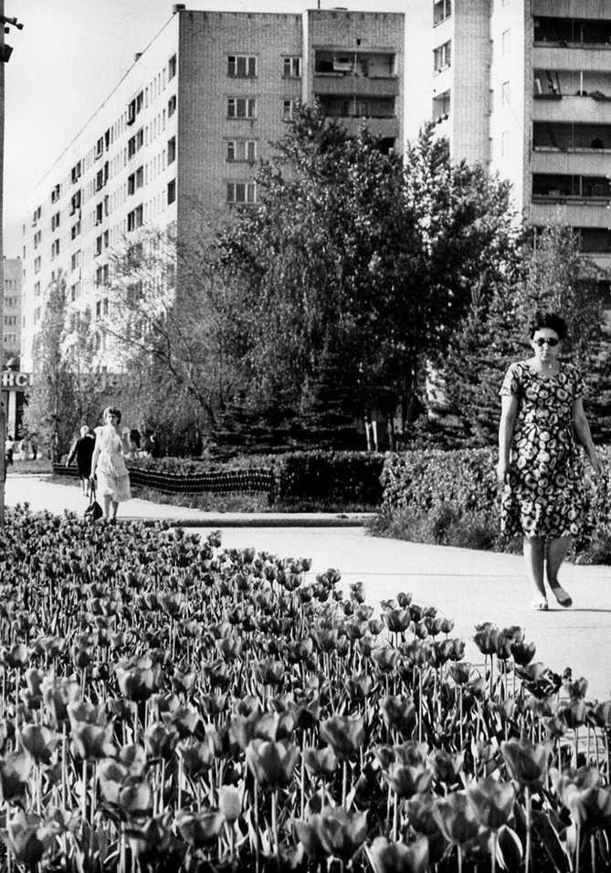 улица Тольятти и горожане на старой фотогрфии