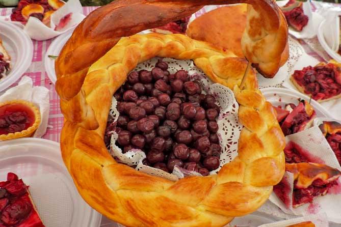 вишня внутри пирога