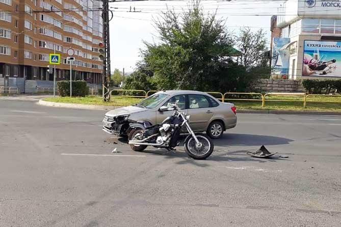В Тольятти на улице Коммунистической в ДТП пострадал водитель мотоцикла