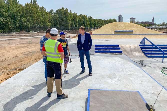 В Тольятти продолжается строительство сквера в честь 50-летия АВТОВАЗа: Доступ граждан на скейтплощадку закрыт