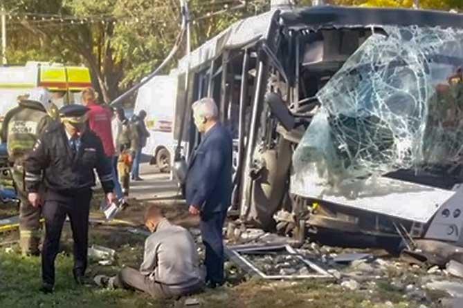 14 человек пострадали после столкновения автобуса со столбом
