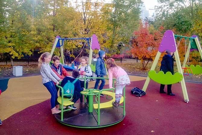 В Тольятти в сквере семейного отдыха 19 квартала состоялось торжественное открытие детской площадки